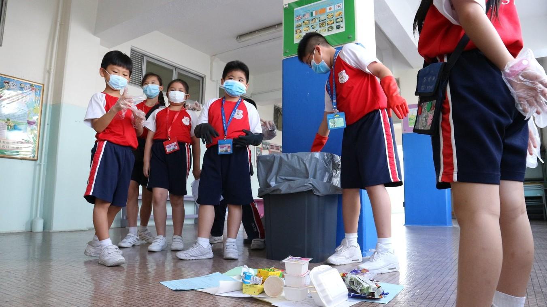 我們抽樣調查了學校其中一個垃圾箱,並一起分析垃圾種類的比例。垃圾箱共有垃圾34件,其中共有膠飲管8枝,佔總垃圾的24%,可見同學使用膠飲管的情況值得關注。