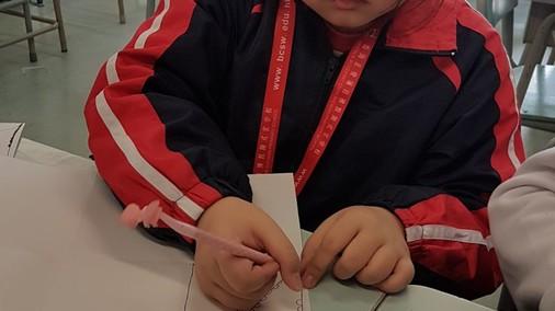 同學學習禪繞畫的技巧,開始設計感謝卡
